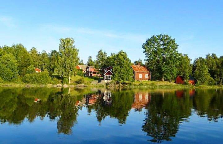 Bo på charmig Småländsk gård vid sjö.