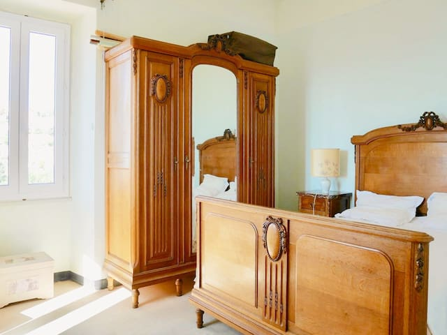 Chambre 2 de 12 m2. Une fenêtre avec moustiquaire avec vue sur mer. Une fenêtre avec vue sur le village de Lumio. Un lit 160 x 200 avec couchage séparé+ table de nuit. Une armoire avec penderie + étagères Une bibliothèque Moustiquaire aux fenêtres.