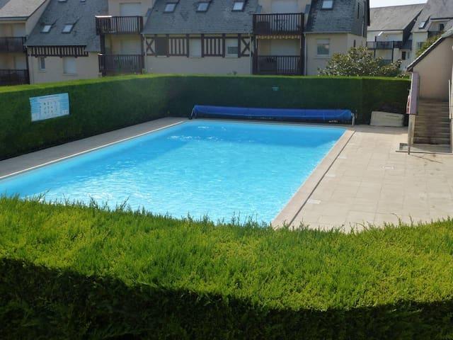 Touques jolie 2 pièces avec vue sur piscine