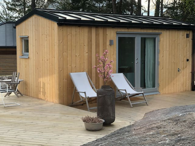 Arkitektritat gästhus med unikt läge Solsidan.