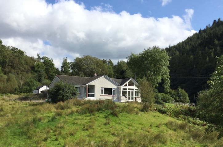 Tranquil cottage overlooking Crinan Canal