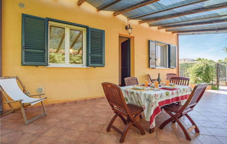 Holiday cottage with 3 bedrooms on 80 m² in Cam.Felice di Roccella