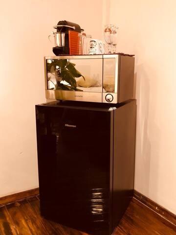 Contamos con frigo bar, microondas, cafetera Nespresso, copas, tazas y vasos para tu servicio