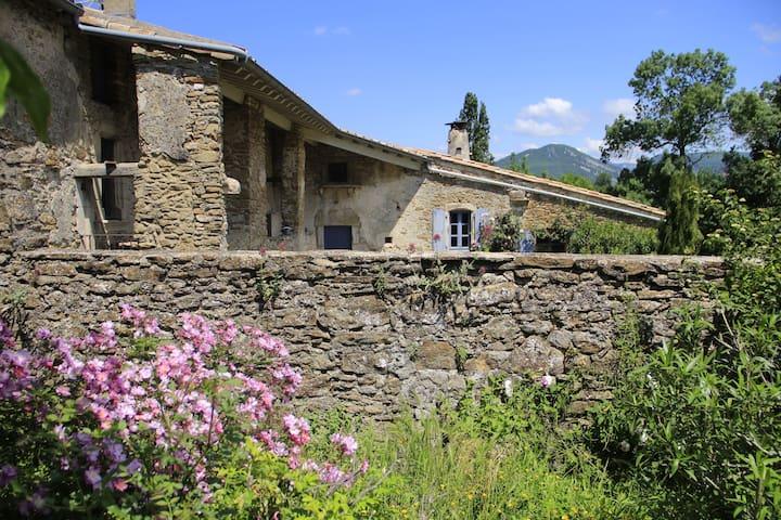 Gîte en Drôme provençale, la chambre d'hôte Terre
