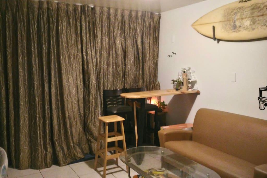 一樓客廳有一張衝浪板造型的小吧臺,晚上不妨在次小酌聊衝浪聊事非