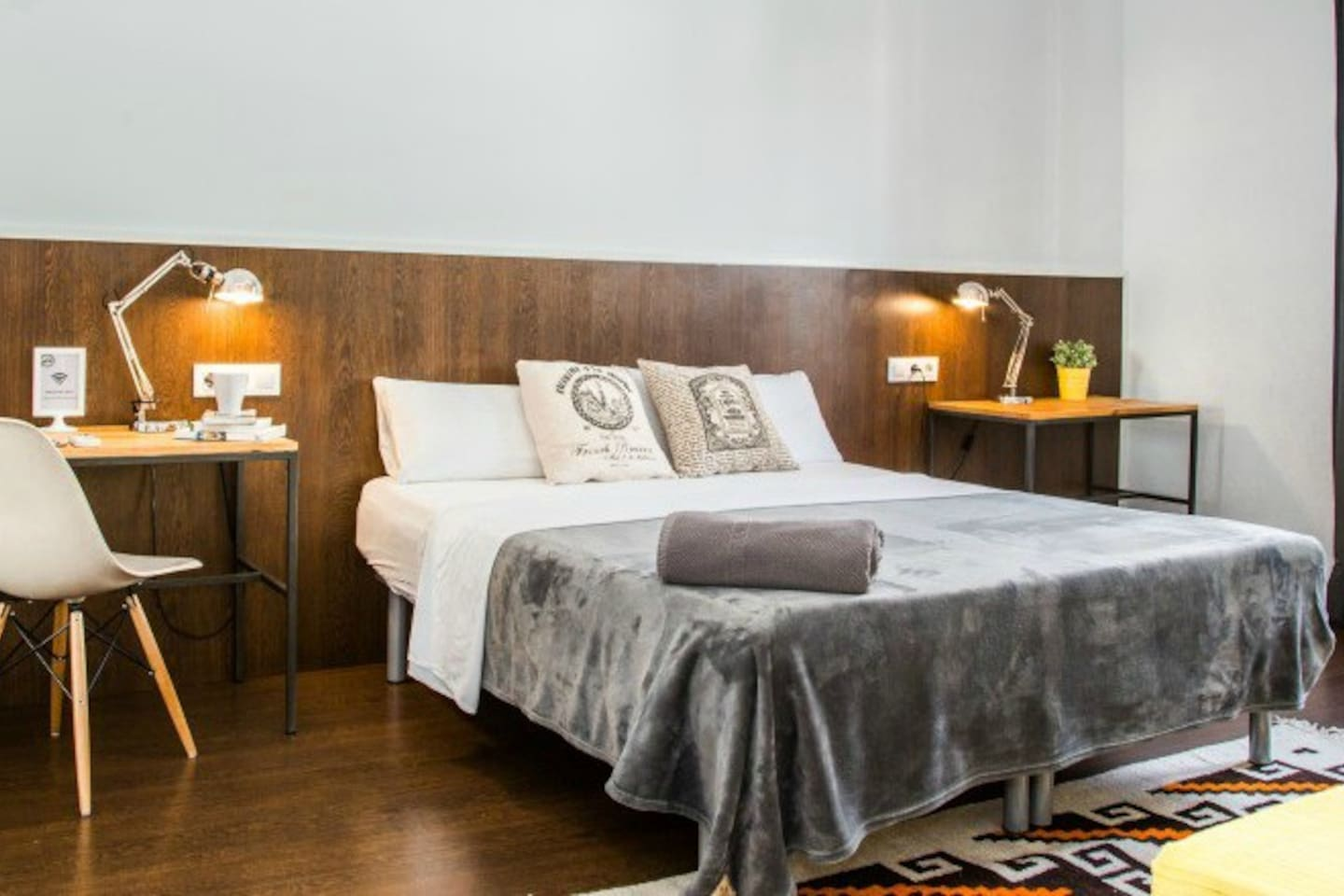 Private triple superior bedroom. Can be set up with one large double bed and 1 single bed, or 3 single beds, as you prefer. Exterior windows. Located on a 5th floor.