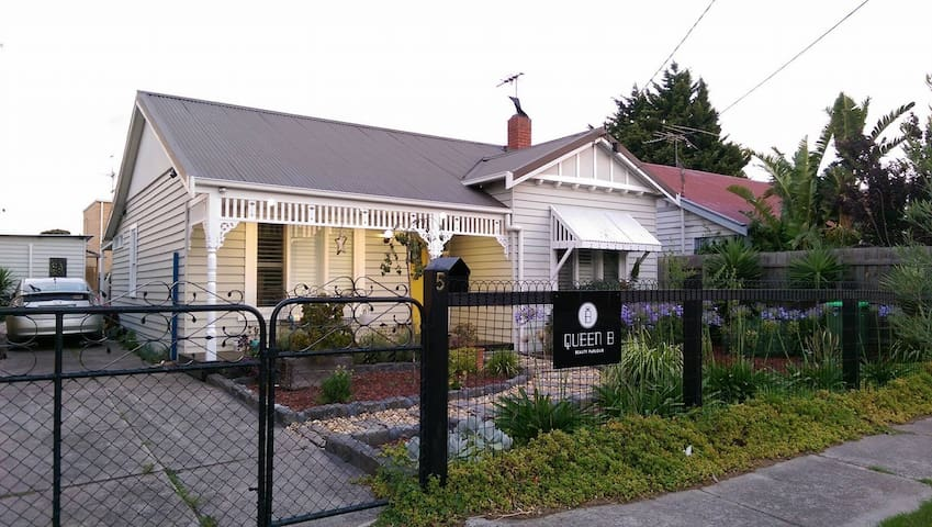 Entire Family home in best location- close to CBD - West Footscray - Huis