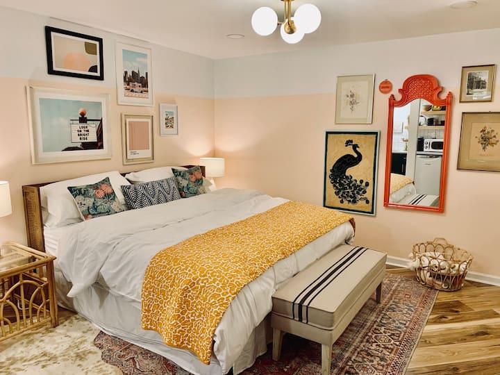 The Peach Pit-classy apt w/ king bed near Buckhead