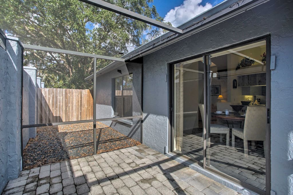Enjoy the Sunshine State's prime weather on your screened-in lanai!