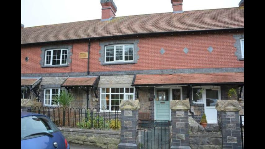3 bed terrace cottage in Uphill Village, Weston
