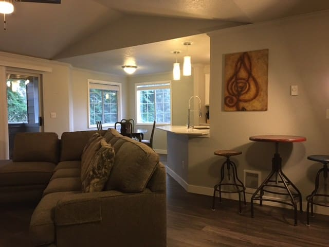 Modern Apt Close to Downtown Bellevue and Seattle