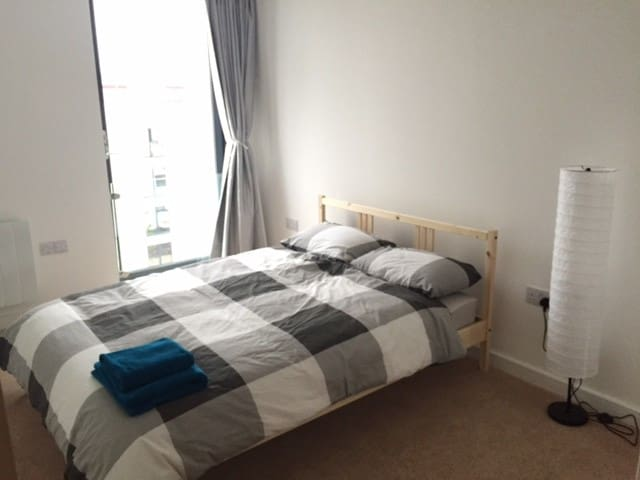 Large DBL bed with private bathroom at harbourside - Bristol - Apartamento