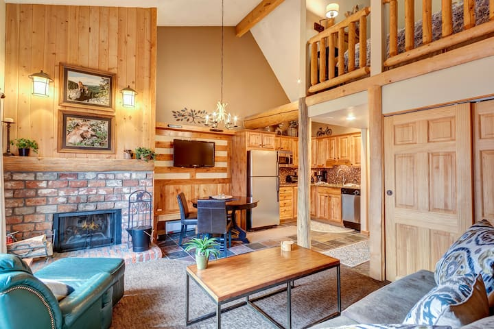 Downtown Breck Condo - Hot Tub & Private Balcony!