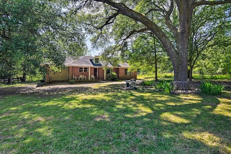 Secluded Baton Rouge Area Hideaway w/ Lawn!