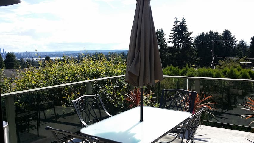 Awesome City + Mnt Views, Big Deck Quiet Breakfast - North Vancouver