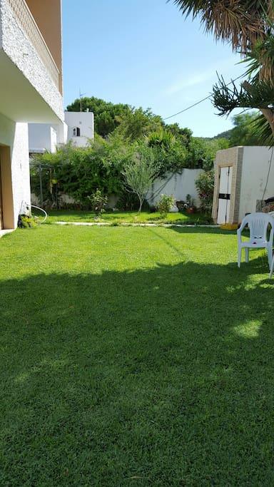 Possibilité de se détendre sur la pelouse
