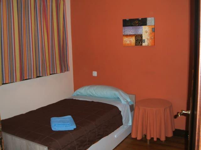 HABITACION 3 (2 camas INDIVIDUALES)