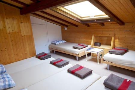 Betten im 6er-Zimmer - Glarus Süd
