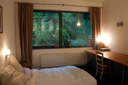 room with private bathroom in a nice shared house - Auderghem - Dům