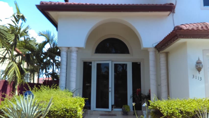 Mini-Mansion/Coral Gables, Spacious room near 8,st