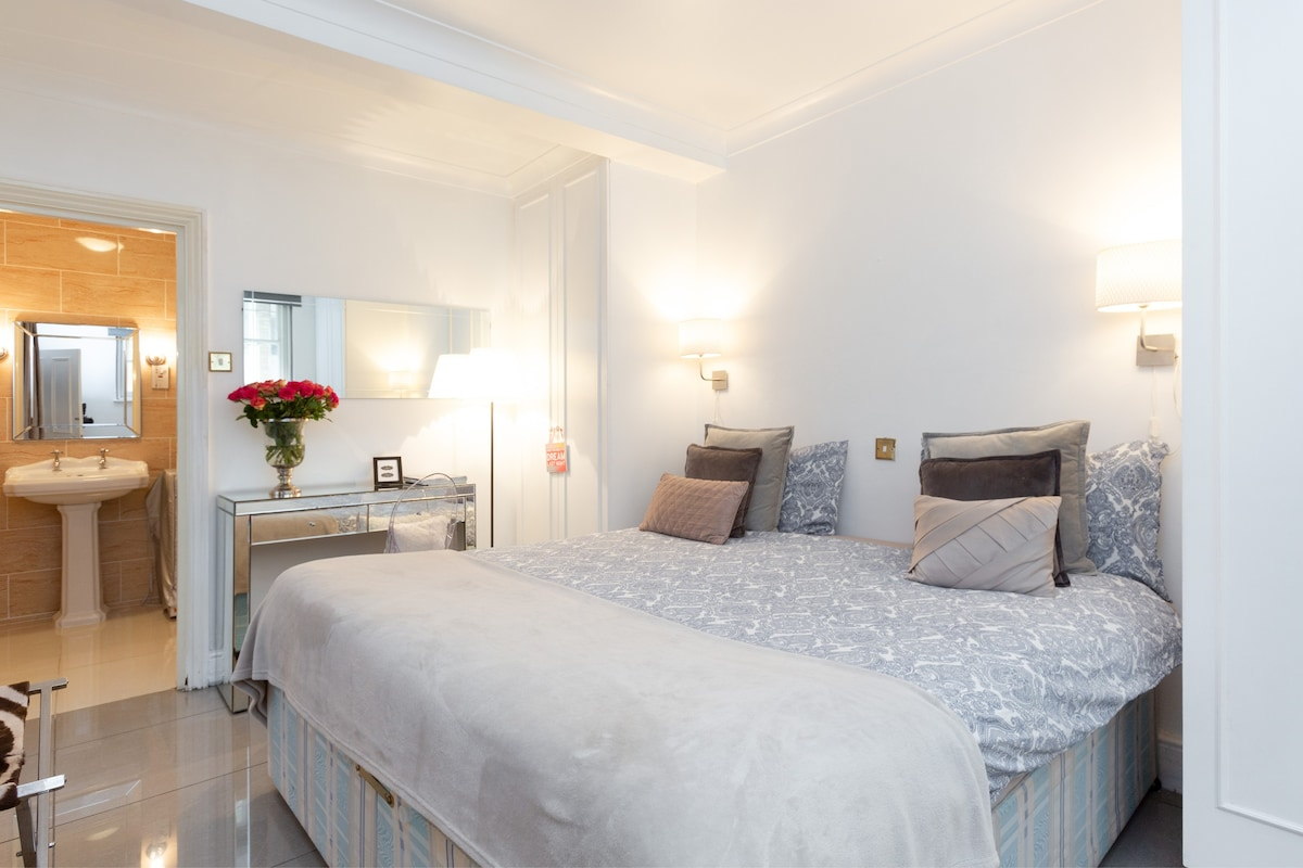 COSY KING SIZE BEDROOM WITH PRIVATE