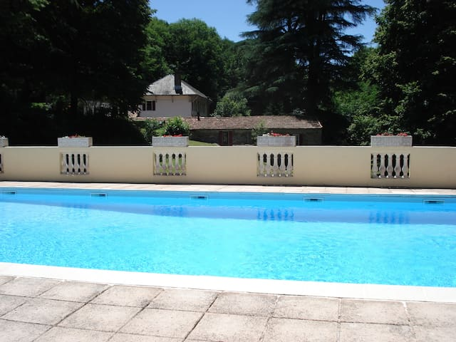Ecurie - Holiday cottage with a huge swimming pool