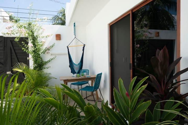 Super cute Studio w/ KS Bed, AC, 5 min from Beach