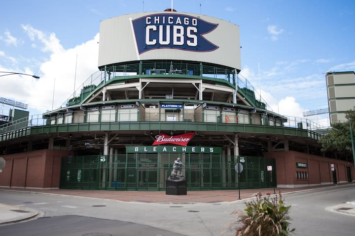 Experience the vibrancy of Wrigleyville. While Wrigley Field is visible from your front steps, the block is quaint and quiet.