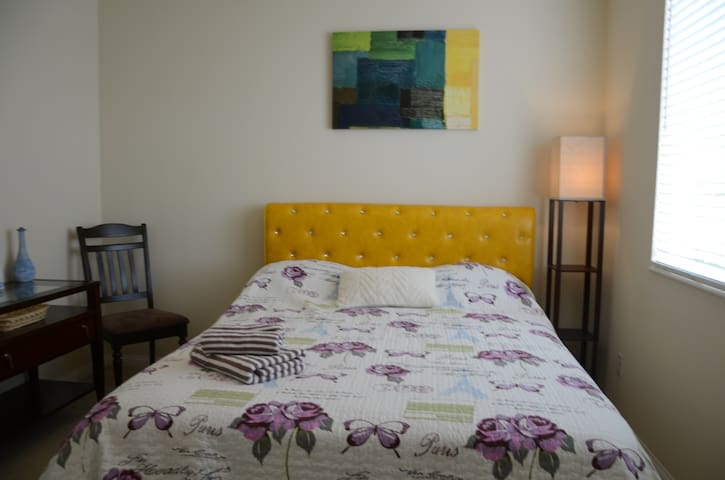 Beautiful room with comfortable bed in eastvale