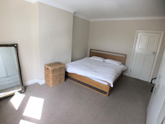 Large Bright Room with Super King Bed in Brockley