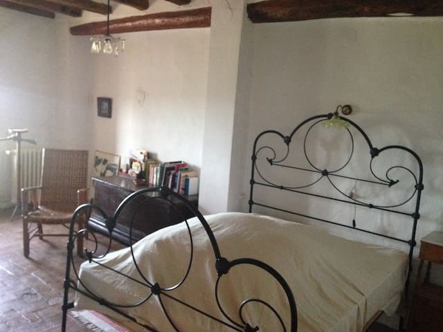 quiet antique masia in green valley, 30´ to beach - Lilla - Huis