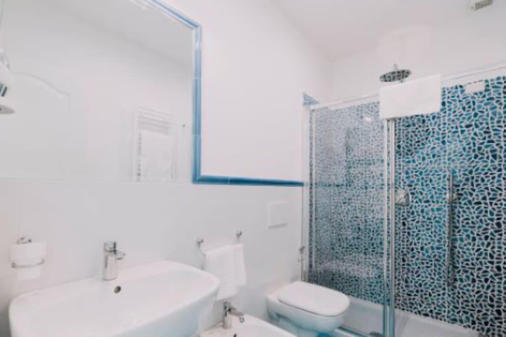 bagno arredato con asciugacapelli, set di cortesia e asciugamani complete