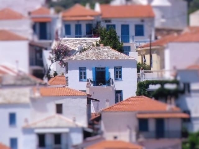 """Patience"", modernised old house with sea view - Skopelos - Hus"