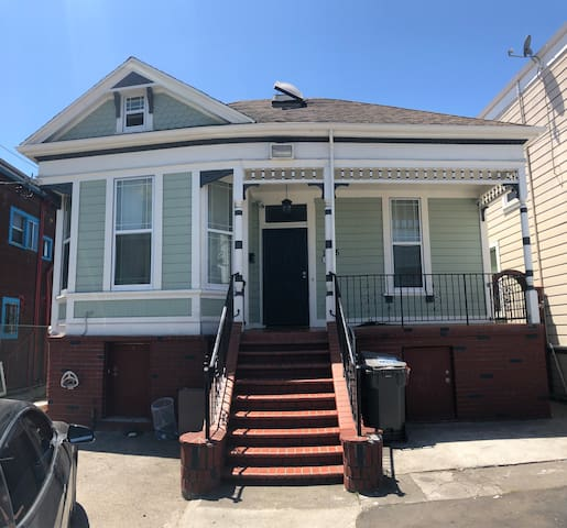 Grand Victorian Sleeps 18+ minutes to SF and Bart