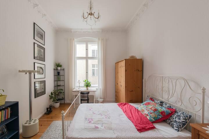 "Cozy ""Altbau""-room in Berlin-Friedenau"