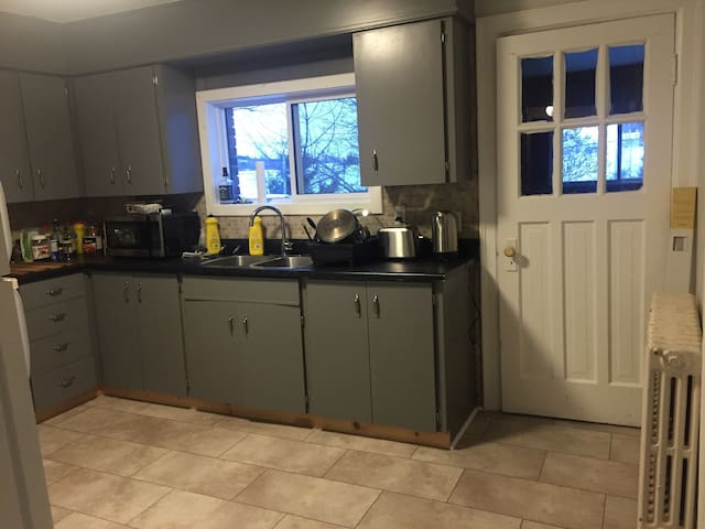Bright 2 Bedroom-Walk to Downtown!