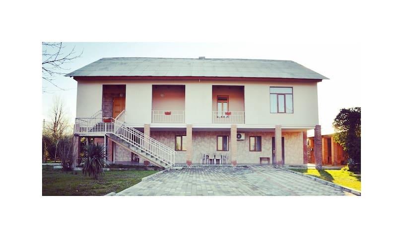 Kutchavas' Guesthouse & Gurian Experience (Room 4)