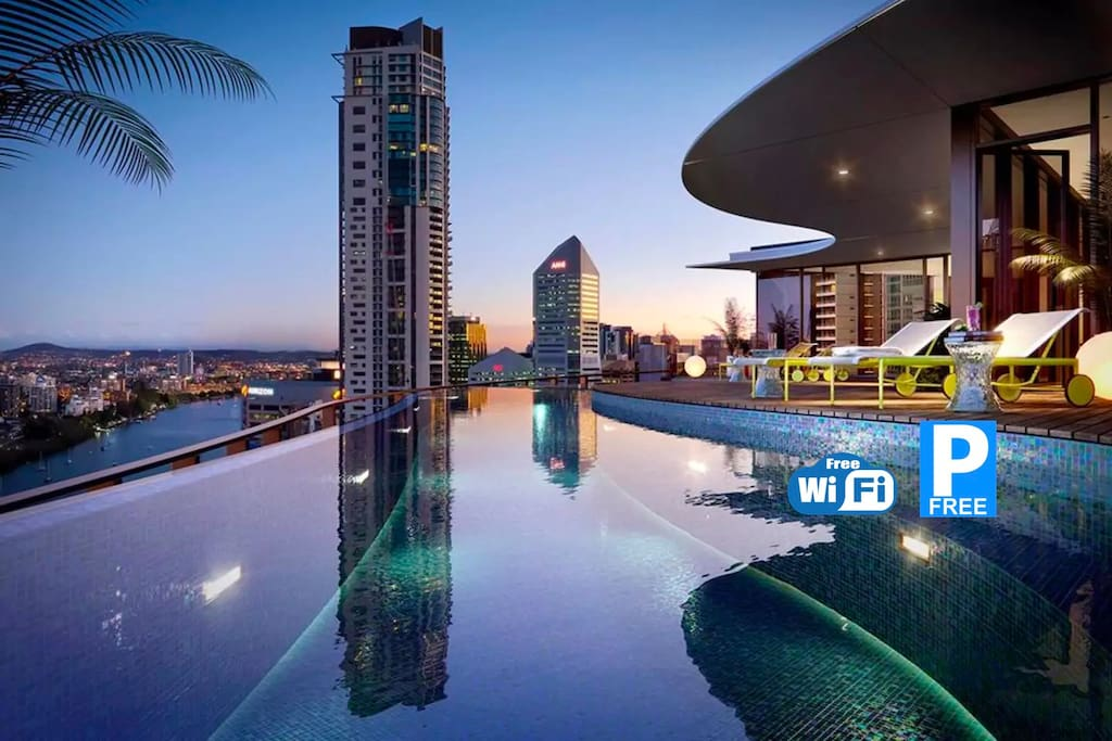 Infinity pool on the Level 40 rooftop