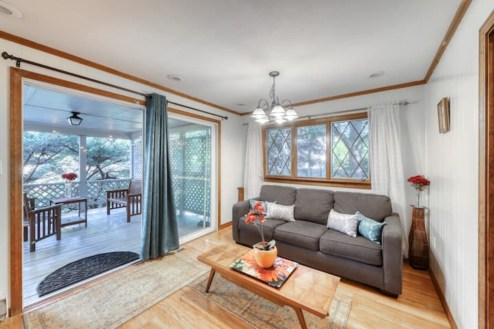Charming home in a quiet neighborhood w/ a full kitchen - close to the water!