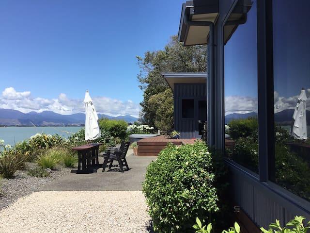 Mapua Executive Home with swimming pool and spa