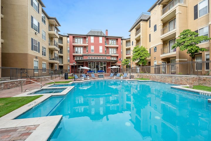 Fully Stocked Uptown Apartment + Pool+Gym