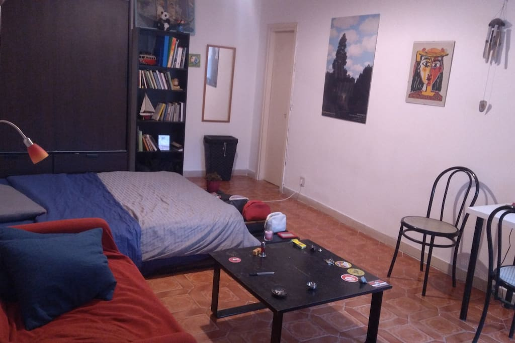 Prima grande camera con letto a terra, divano, tavolino basso, scrivania, armadio