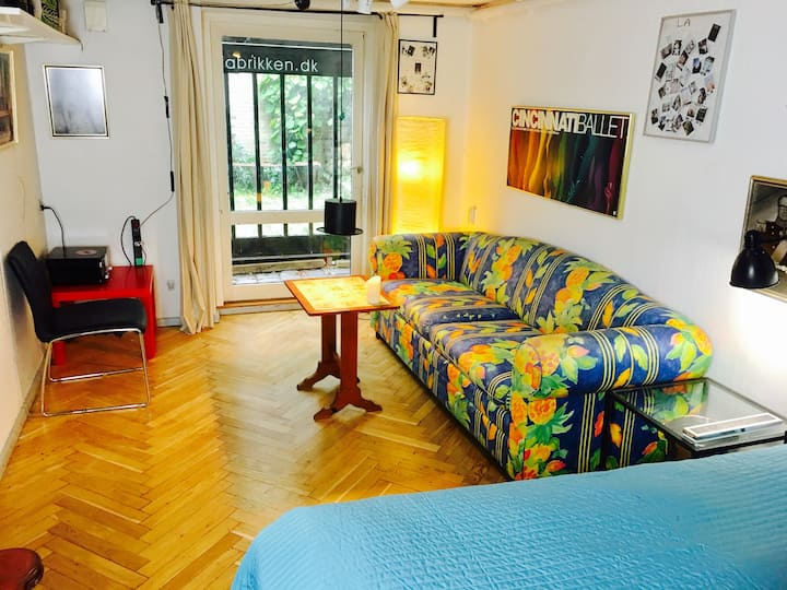 #1 Nice colorfull big room w/ bed, sofa, desk &Tv