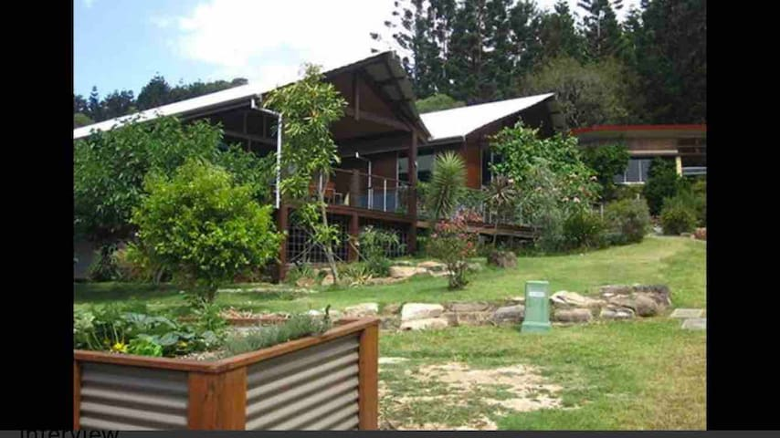 Currumbin Valley Eco Village. Wildlife escape.