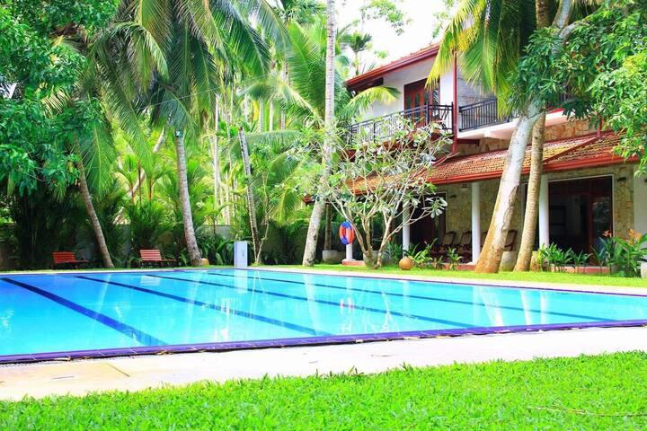 Luxury villa with outdoor pool (12P)