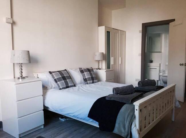 Modern one bedroom flat /En-Suite/Parking