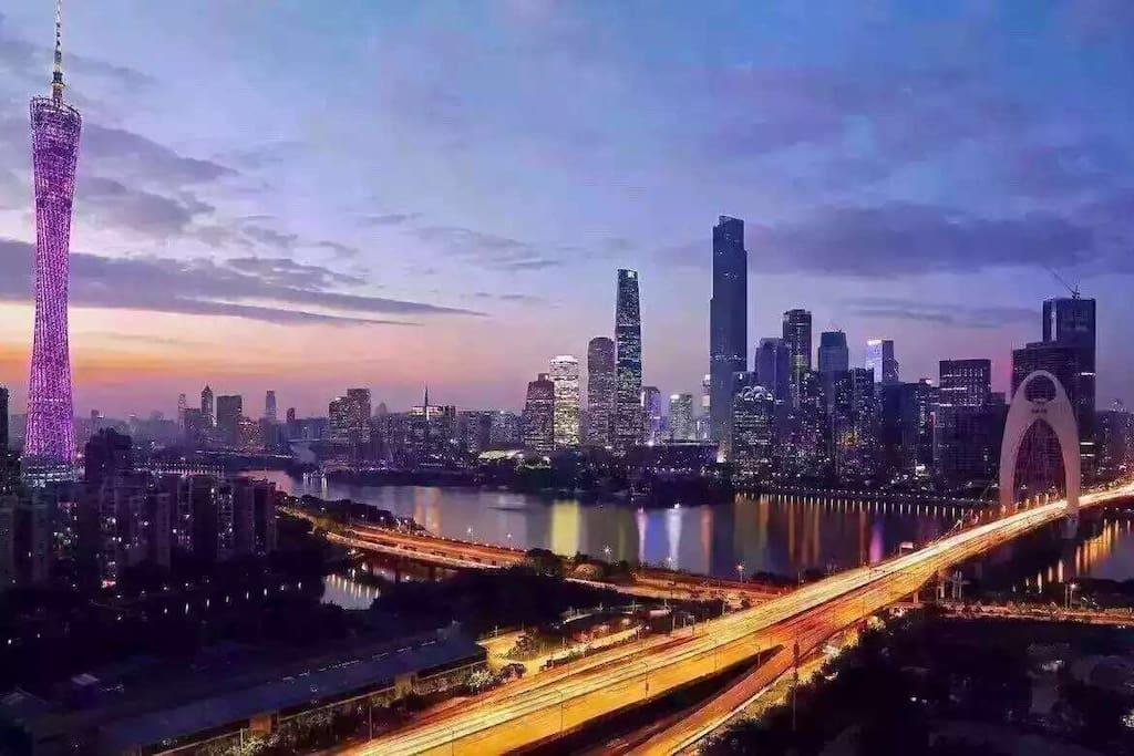 站在阳台或躺在床上就能看到广州塔和珠江新城的完美夜景