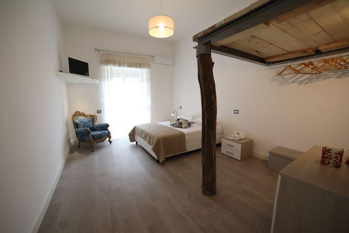 Camera da letto matrimoniale con balcone e soppalco letto singolo. Climatizzatore, tv Led e cabina armadio