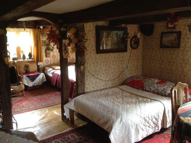 Dwa pokoje z przepierzeniem lewa strona chaty