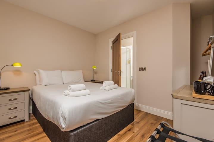 Standard Double room-Ensuite with Shower